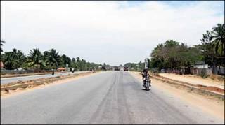 गाँवों के बीच से गुज़रती सड़क