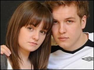 В роли современных Ромео и Джульетту выступают актеры Джеймс Барретт и Шарлотта Уэйкфилд