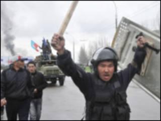 Протести в Киргизстані, на відміну від політичних протестів у Грузії та Україні, були насильницькими