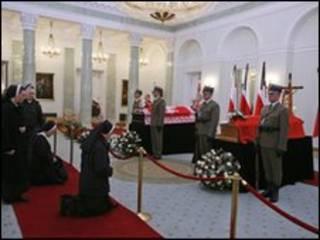 Caixões do presidente e esposa em Varsóvia