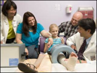 Morgan LaRue, os pais, a oncologista e o cirurgião no Hospital