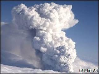 Coluna de fumaça saindo de vulcão