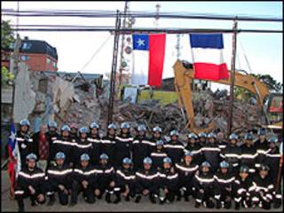 Compañía de bomberos Pompe France frente a las ruinas de su cuartel (Foto: Rodrigo Bustamante)