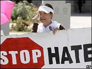 Opositora a ley que criminaliza la inmigración sin papeles en Arizona.
