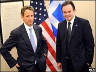 O secretário do Tesouro dos EUA, Timothy Geithner, e o ministro das Finanças da Grécia, George Papaconstantinou, durante encontro neste sábado (AFP)
