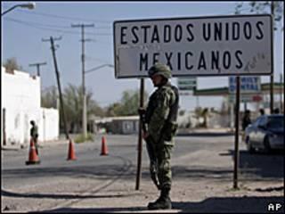 Soldados patrullan cerca de la frontera México-Estados Unidos en la ciudad de Caseta, Valle de Juárez
