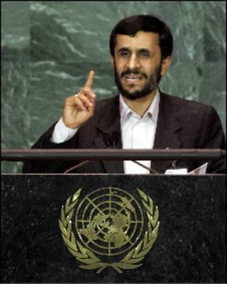 Президент Ирана Махмуд Ахмадинежад выступает на  60-ой сессии Генеральной Ассамблеи ООН