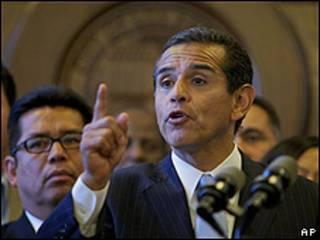El alcalde de Los Ángeles, Antonio Villaviciosa, propone en una rueda de prensa el boicot a Arizona