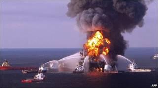 Imagem da Deepwater Horizon durante o incêndio