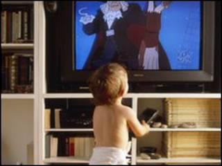 टेलीविज़न देखता बच्चा
