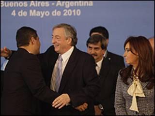 O secretário-geral da Unasul Néstor Kirchner abraça o presidente equiatoriano, Rafael Correa