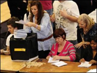 На британських дільницях підраховують голоси. Екзит-поли показують, що жодна з партій не матиме більшості