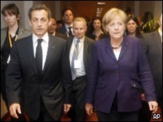 Merkel y Sarkozy en la reunión del Eurogrupo.