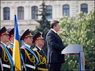 Президент Янукович виступає на параді у Києві