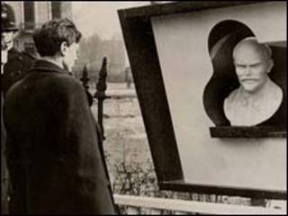 伦敦人瞻仰列宁雕像