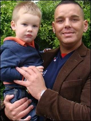 O garoto Kian Miles e Shane Davies