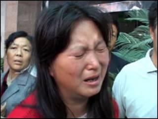 事件發生之後一名幼兒家長在哭泣