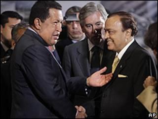Hugo Chávez con el Ministro de Petróleo indio, Murli Deora.