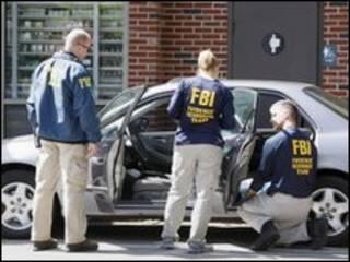 Belasan agen FBI dikerahkan menggeledah beberapa tempat