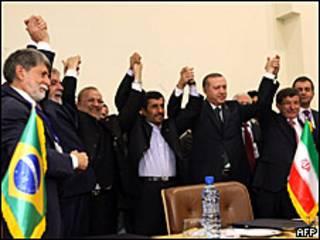 Líderes y cancilleres de Brasil, Irán y Turquía celebran tras el acuerdo alcanzado en Teherán
