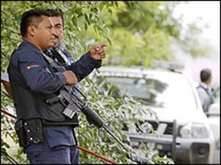 Policía frente al rancho de Diego Fernández de Cevallos