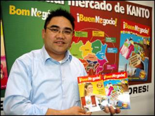 O empresário brasileiro Mário Makuda mostra suas revistas em português e em espanhol - foto: Ewerthon Tobace / BBC Brasil