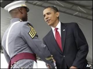 Barack Obama cumprimenta soldado na academia de West Point