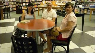 Camila Novaes Silva, seu pai, Olivio Pedro da Silva e sua mãe, Rosilane Novaes (foto Alessandra Corrê/BBC Brasil)