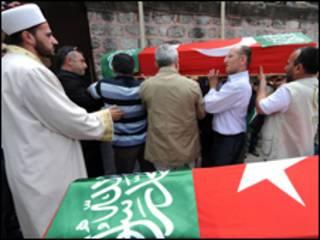Funeral de vítima de operação israelense em barco a caminho de Gaza