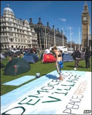 国会广场的示威人群已被帐篷和旗帜取代
