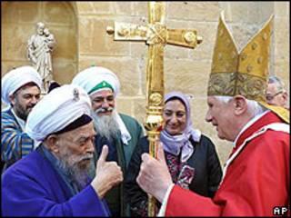 El Papa Benedicto XVI, junto a un líder musulmán sufí en Chipre.