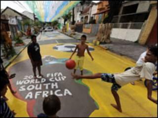 Діти на вулицях Ріо-де-Жанейро мріють стати футболістами. Але чи гратимуть вони за рідні, бразильські клуби?