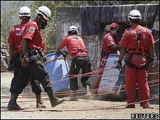 Rescatistas exhuman fosa clandestina en el estado de Guerrero