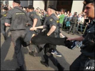 Милиция уносит задержанного