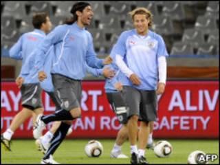 Abreu e Forlán, da seleção uruguaia, treinam na véspera da estreia na Copa