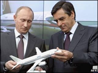 Премьер-министры России и Франции рассматривают модель самолета