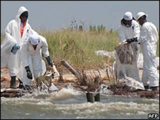 Funcionários tentam limpar vazamento de petróleo na Louisiana
