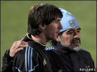 Maradona e Messi durante treino na última quinta-feira (Reuters)