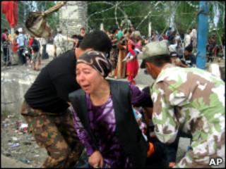 Una mujer huye de Kirguistan a Uzbekistan