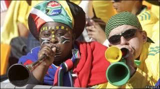 Cổ động viên thổi kèn truyền thống của Nam Phi