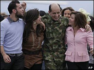 General Luis Mendieta celebra su rescate con su familia.