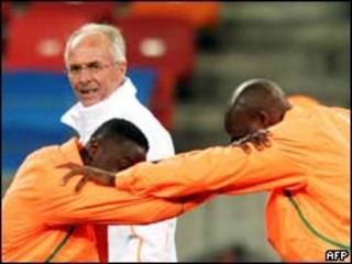 O técnico Sven-Goran Eriksson observa treino da seleção da Costa do Marfim nesta segunda-feira (AFP)