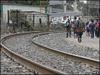 Centroamericanos cerca de la estación de Lechería, al norte del D.F.