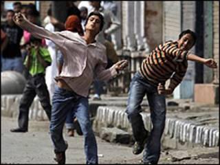 कश्मीर में पत्थर फ़ेंकते युवा