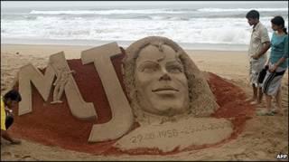 Tượng đài Michael Jackson trên cát