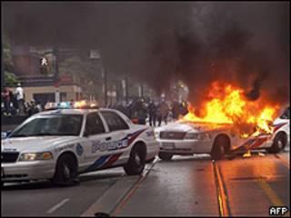 Un auto de policía arde en Toronto.