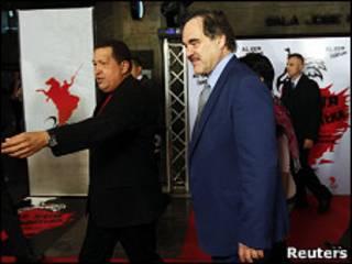 الیور استون در کنار هوگو چاوز