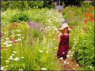 बाग में बच्ची