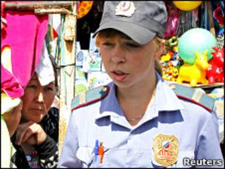 Сотрудница милиции проверяет документы на рынке в Красноярске