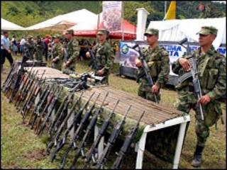 Exhibición de armas  (Foto de la Oficina del Alto Comisionado para la paz)